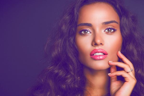 Qué significa cuando una mujer se muerde los labios - Lenguaje corporal femenino según la psicología de la seducción