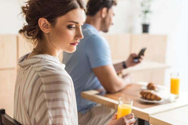Qué hacer cuando tu pareja está todo el día con el móvil