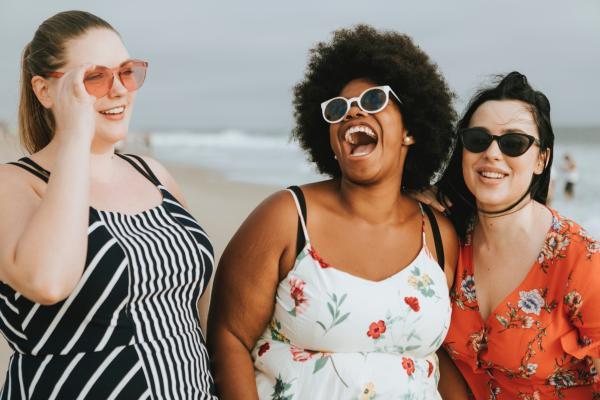 Dinámicas de autoestima para adultos - Mírate al espejo sonriendo para nutrir tu autoestima