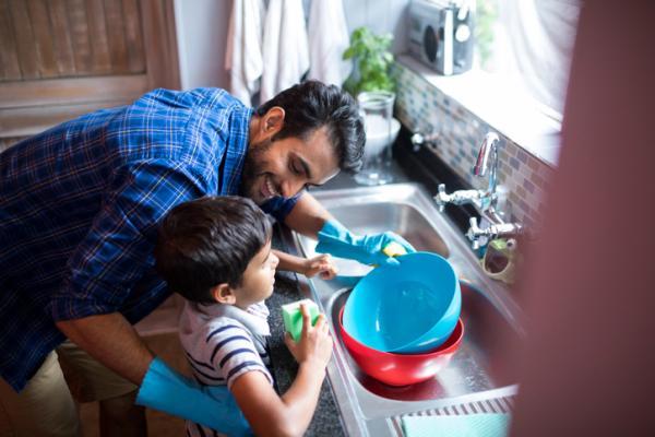 Cómo ayudar a mi hijo a ser responsable - 3. Compartir las tareas familiares