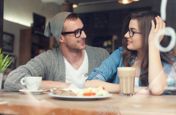 Cómo saber si mi ex me sigue queriendo - Mantienes una amistad romántica con tu ex