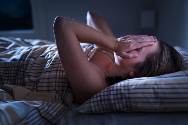Miedo a dormir: causas, síntomas y tratamiento