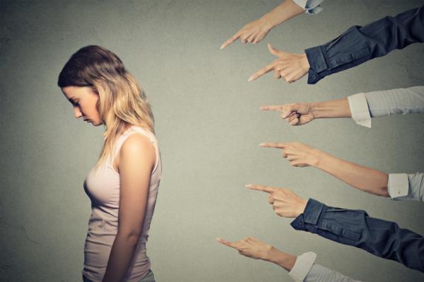 Características de personas con autoestima baja - Miedo al qué dirán: signo clave de la autoestima baja