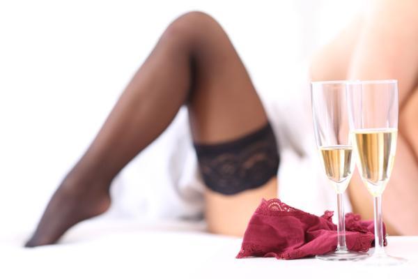 Cómo sorprender a tu pareja en la cama - Juega con la ropa o con la ausencia de ella