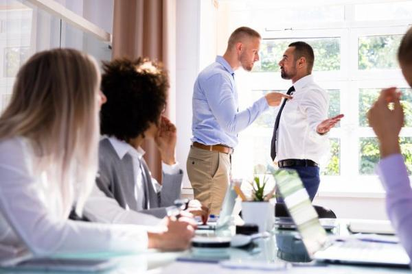O que é uma pessoa assertiva e suas características - Características de uma pessoa não assertiva: comunicação agressiva