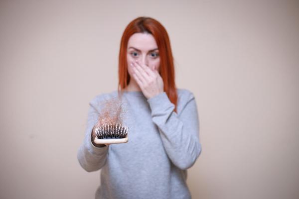 O que significa sonhar com cabelo caindo