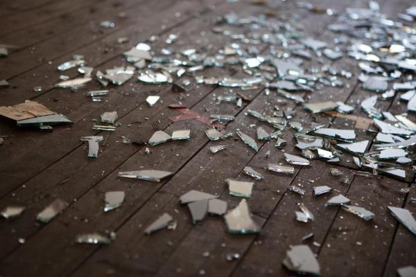 O que significa sonhar com vidro quebrado - O que significa sonhar com vidro quebrado no chão